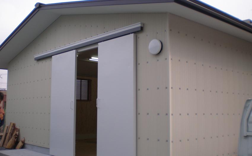 倉庫兼店舗の鉄骨造の建物